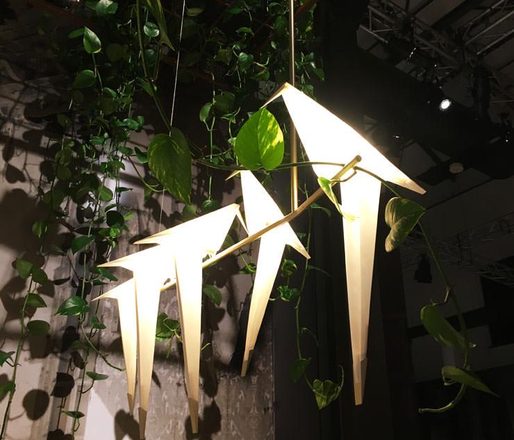 Lâmpada Tipping Birds por Umut Yamac para Moroso no Salone del Mobile Milan